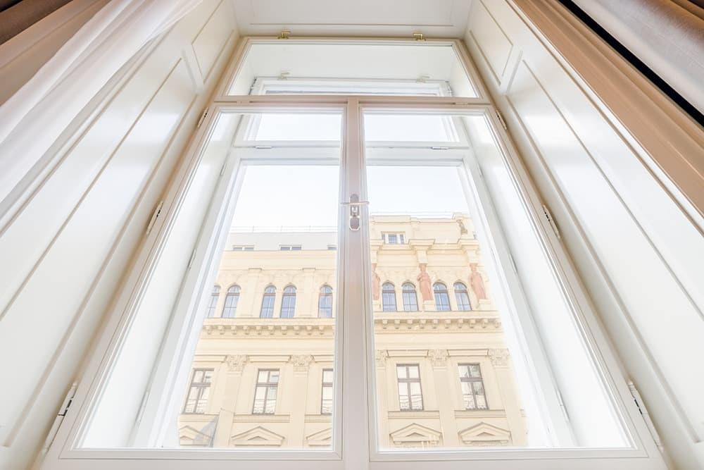 Palác Dlážděná, okno